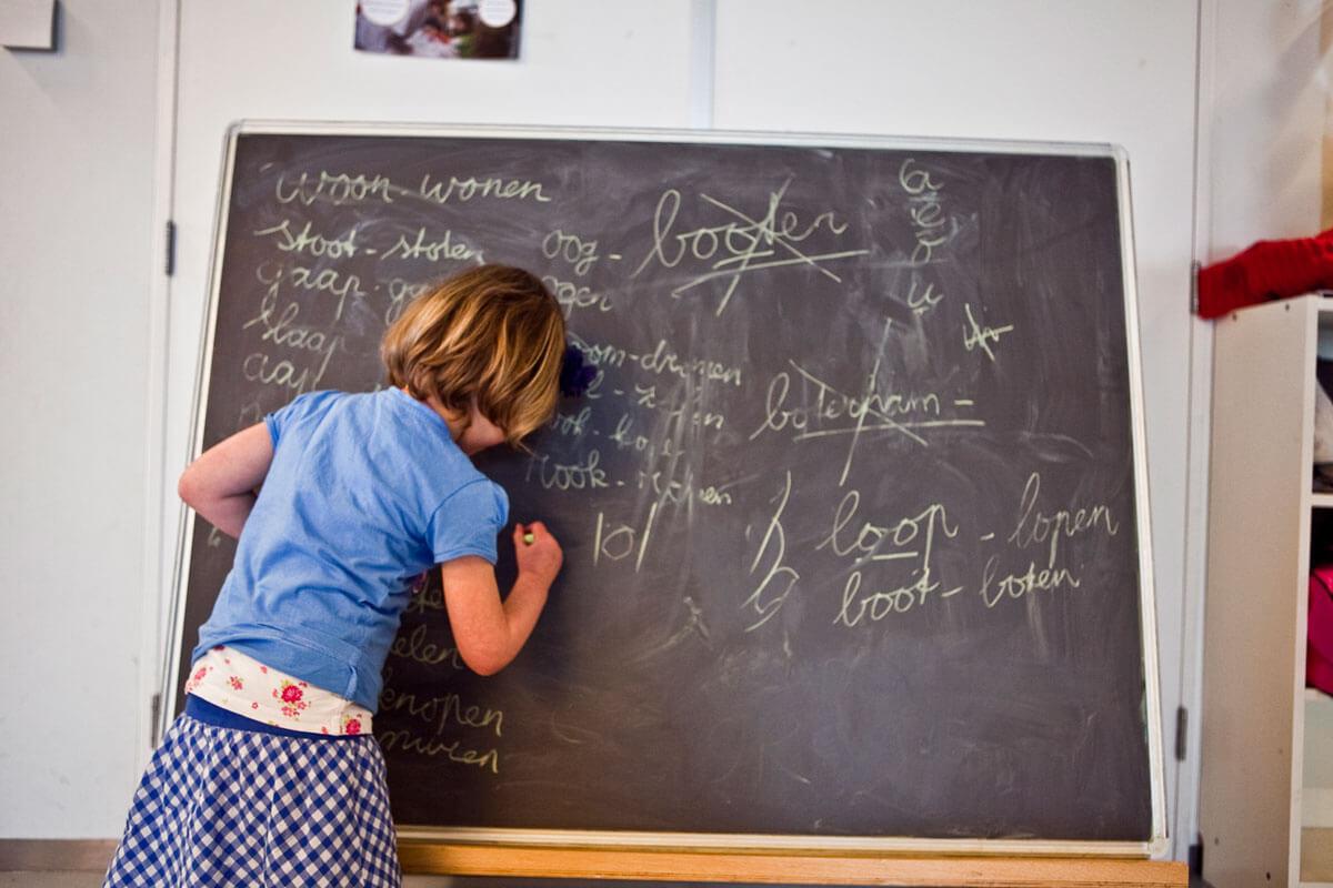 meisje-schrijft-op-schoolbord